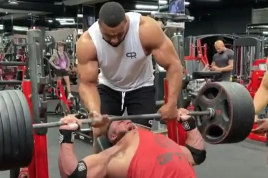 The athlete broke his chest muscle because he tried to lift the 220 kilograms
