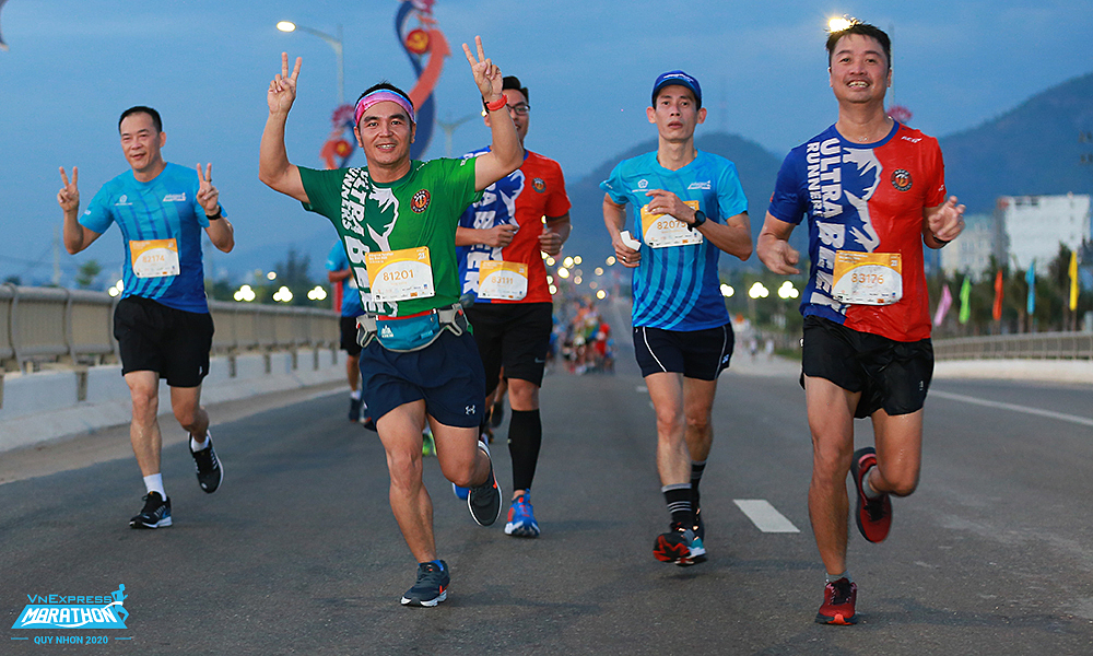 More than 1,300 people registered for a race to cheer up the anti-epidemic spirit